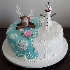 Bolo Frozen Ideias Lindas e Divertidas Christmas Cake Designs, Christmas Cake Decorations, Holiday Cakes, Torte Frozen, Elsa Torte, Pastel Frozen, Frozen 1, Elsa Birthday Cake, Reindeer Cakes