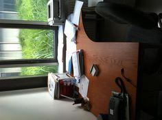 """Table de travail de @infusoir : """"mon bureau """"pro"""", le jour où j'ai récupéré mon manuscrit de thèse imprimé #PortableDejaRangé #Herbes"""""""