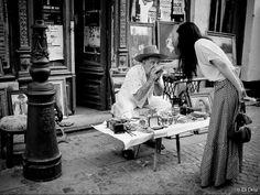 """În a doua zi de Craciun, articolul foto din seria """"Bucuresti- Subiectiv prin Obiectiv"""" este dedicat locuitorilor Capitalei- oamenii care se lupta zilnic cu traficul nebun, cu agitatia si gropile, dar care continua sa-si iubeasca orasul (macar din când în când). O parte dintre ei au fost surprinsi în imagini pe strazile, treptele si parcurile Capitalei si nesunt prezentati astazi de 18 fotografi talentati. Bucharest, The Past, Facebook, Photos, Pictures"""