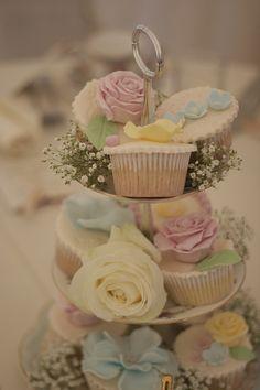 Cupcakes con rosas en tonos pastel expuestas en bases de 3 pisos para boda vintage  http://raspberrywedding.com/4937-revision-v1/