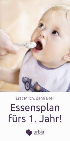 Anfangs gibt es nur Milch. Entweder aus der Brust oder aus der Flasche. Dann will dein Baby mehr und der Löffel kommt ins Spiel. Das flutscht nicht immer gleich. Und zum Ende des ersten Jahres isst dein Kleines einfach beim gemeinsamen Familienessen mit.