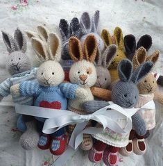 little cotton rabbits - some really lovely knitting here. Knitted Bunnies, Knitted Animals, Knitted Dolls, Crochet Toys, Free Knitting, Baby Knitting, Knitting Patterns, Knitting Needles, Little Cotton Rabbits