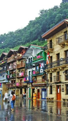 Discover the most beautiful villages of Spain with our Bespoke Tours Great Places, Places To See, Beautiful Places, Camping San Sebastian, Magic Places, Camping In Maine, Madrid, Basque Country, Spain Country