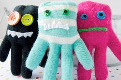 Use your winter gloves to make these monster softies! A great craft idea for Halloween - you can make mini monsters with your mini mittens. How cute!