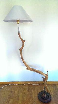 Lampara de pie, realizada con un tronco de alcina y material reciclado