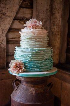 O ombré Tiffany Blue é uma alternativa mais amena do que tons mais fortes. Combinado com flores em tons pastéis, o ruffled cake ombré ficou lindo e muito romântico!