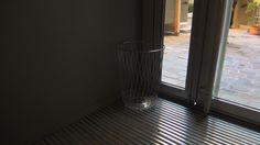 L'air de rien, ce porte-parapluies signé Pauline Deltour, l'une des jeunes espoirs du design français, encadre la porte intérieure de l'hôtel Jules et Jim