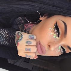 Glam glitter makeup The best place for festival fashion inspriation and festival outfits. The one stop shop for raves and festival clothing ideas and links. Festival Make Up, Festival Mode, Festival Fashion, Rave Festival Outfits, Festival Clothing, Makeup Goals, Makeup Inspo, Beauty Makeup, Makeup Kit