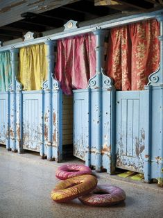 ❥ Gorgeous old dressing rooms! For a boutique section Scale Design, Changing Room, Store Displays, Vintage Modern, Retail Design, A Boutique, Boutique Decor, Decoration, Color Inspiration