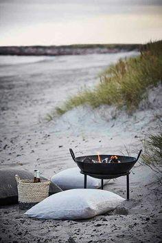 Outdoorliving Nordic Design Summer Images/Bilder via House Doctor House Doctor, Slots Decoration, Beach Picnic, Beach Bbq, Beach Bonfire, Summer Beach, Summer 2016, Spring Summer, Beach Dinner