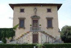 Villa di Bellosguardo (detta anche la Villa di Caruso), di origine cinquecentesca, si trova sulle colline di Lastra a Signa in una bellissima posizione alla quale deve il suo nome.