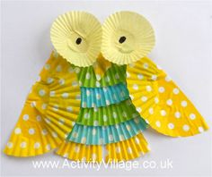 A pretty owl collage craft for children to try, using cupcake cases! Owl Crafts, Animal Crafts, Kids Crafts, Cupcake Paper Crafts, Toddler Arts And Crafts, Kindergarten, Cupcake Cases, Paper Birds, Craft Projects For Kids