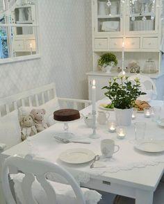 Kaunista huomenta  Meillä oli kakkuaamiainen tänään, koska täytän 35-vuotta ✨ God morgon  Jag fyller 35 år idag ✨ Good morning  Today is my 35th birthday ✨ #birthday #cake #sacher #sachercake #birthdaycake #35years #roses #breakfast #finahem #skönahem #interior #interior123 #interior125 #mitthjem #mitthem #maalaisromanttinen #whitehome #whiteinterior