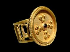 EARLY BYZANTINE GOLD RING with cross and garnet. Circa 7th/8th C