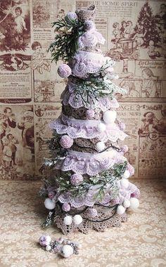 Vianoce sa pomaly blížia a ozdôb na vianočnú dekoráciu nie je nikdy dosť. Vyskúšajte vyrobiť stromček v štýle vintage. Je to jednoduché a určite to zvládnete aj vy.