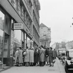 Zürich, Menschentraube vor einem Schaufenster, 1956 Switzerland, The Past, Street View, Store Windows