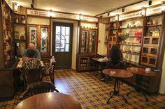 The vintage interior Seating area #Interior_design #Coffee_interior_design #Cafe_interior_design #table #cafe #Restaurant_interior_design #interiordecor #architectureporn #designporn #interiorstyling #interior123 #Landwer #Landwer_cafe #vintage