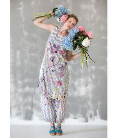 """Gudrun Sjödén Kleid """"Kapri"""" aus Öko-Baumwolle Dieses ärmellose Kleid in großzügiger Schnittführung ist ideal für sonnige Tage. Verschiedene Musterbilder wurden digital auf Öko-Baumwolle gedruckt. Bezaubernd, oder?  Normale Passform, um die Hüfte herum grosszügig. Länge/M 110 cm Artikelnummer 63701 #kleid #blumenstrauß"""