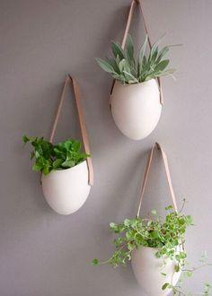 Comment planter des herbes aromatiques quand on a ni jardin ni balcon? Voici 13 idées originales à bricoler pour votre cuisine ou dans votre salon.