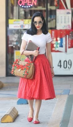 Dita Von Teese - Easy, comfy, chic rockabilly/pinup mummy style for running errands, love the big bag too - great size for carrying all the extra bits a mum needs, in perfect pin up style! Moda Rockabilly, Rockabilly Fashion, Retro Fashion, Rockabilly Style, Modern Vintage Fashion, Classic Fashion, Vintage Stil, Looks Vintage, Moda Professor