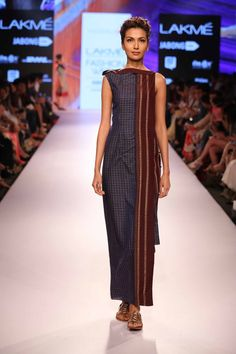 """Vaishali Shadangule's """"Behrupia"""" Collection was a fashionable ode to Khand and Khadi at Lakme Fashion Week Summer/Resort 2015 Kurta Designs, Blouse Designs, Kurta Patterns, Dress Patterns, Indian Dresses, Indian Outfits, Lakme Fashion Week 2015, Sari Dress, Saree Gown"""