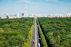 Tiergarten is voor Berlijn wat het Central Park voor New York is en het Vondelpark voor Amsterdam. Zonder twijfel dé groene long centraal gelegen in de stad. In het meest bekende stadspark van Berlijn kom je een veelvoud aan verschillende landschappen, romantische bruggetjes en zelfs interessante verwijzingen naar de geschiedenis tegen.