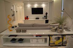 Apartamento para um jovem casal em tons de cinza: Salas multimídia minimalistas por Helô Marques Associados