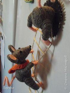 Понравились нам с дочуркой мышки-воришки, решили,  пусть и в наш холодильник лазят. Идею взяли   здесь  http://stranamasterov.ru/node/803325?c=favorite   фото 1