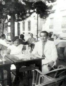 Federico con Manuela Arniches en una terraza del paseo de Recoletos en Madrid, en julio de 1936.
