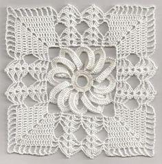 Ecco un stupendo quadretto all'uncinetto con motivo centrale, un fiore. Con questo modello di possono realizzare centrini, copriletti, etc ... Si può lavor