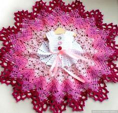 Комплект состоит из платья, подъюбника из фатина, шляпки и туфелек, связан из хлопка, платье застегивается сзади на маленькие пуговки. Хорошо / 900р Crochet Doll Dress, Crochet Doll Clothes, Doll Clothes Patterns, Crochet Hats, Booties Crochet, Dress Patterns, Diy Crochet Patterns, Crochet Projects, Crochet Blanket Tutorial
