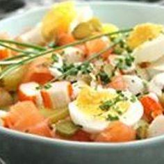 Salade de pommes de terre au saumon fumé et surimi – Ingrédients de la recette : 6 pommes de terre, 5 tranches de saumon fumé, 5 bâtonnets de surimi, 1 échalote, 1 oeuf dur