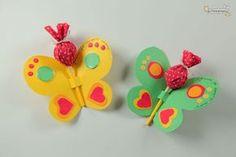 """Na próxma semana comemoramos o dia da criança no Brasil e já posso imaginar que muitos """"arteiros"""" estão em busca de artesanatos para esse dia. Por isso hoje vamos ensinar a vocês como fazer uma lembrancinha com borboletas para uma festa infantil ou para esse dia das crianças! Este é um artesanato super fácil de fazer, que, além de ser usado como lembracinha, também pode ser usado decoração ou como atividade infantil na escola ou em casa com seus filhos. Enfim, vamos ao passo a passo!"""