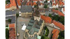 Luftaufnahme der Pfarr- und Marktkirche St. Marien, dem Rathaus und den Giebelhäusern am 29.06.2016 in Osnabrück. Foto: David Ebener