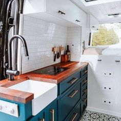 Camper Renovation 607493437221646434 - Fantastic Rv Camper Kitchen Renovations Ideas For Early Enjoyable Camping Preparation Source by ayayhomedecor Van Living, Tiny House Living, Casas Trailer, Astuces Camping-car, Kombi Home, Camper Kitchen, Camper Van Conversion Diy, Van Conversion Kitchen, Van Conversion Cabinets