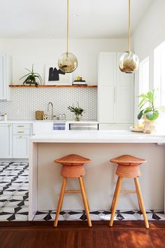 Kitchen Photos A modern kitchen with white countertops and glass hanging lights. Family Kitchen, Home Decor Kitchen, Kitchen Interior, Kitchen Living, Kitchen Tiles, Kitchen Flooring, Ikea Kitchen, Fireclay Tile, Ikea Cabinets