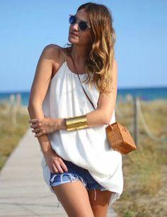 Lucir un perfecto bronceado de tu piel. Este vestido de Blossan puedes usarlo con shorts para un look más desenfadado o cómo vestido veraniego. El dorado de las tiras le da el toque chic al vestido. Su tejido de gasa te hará sentir fresquita durante todo el día. Un look chic perfecto para este verano. El blanco es un color elegante y sencillo a la vez, ideal para el verano. #white #dress #mydailystyle #look #fashion #moda #style