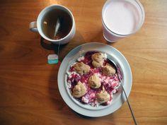 Cottage cheese, sukkerfritt bringebærsyltetøy, hjemmelaget peanøttsmør. Te. Jordbærproteinshake.