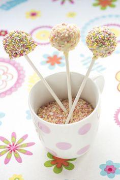 Veikeät cake popsit maistuvat pienille ja isoille vapun viettäjille. Ohjeet löytyvät täältä: http://www.dansukker.fi/fi/resepteja/cake-popsit.aspx #vappu #kakkutikkari #tikkari #leivos #cakepops