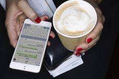 Whatsapps blaue Haken sind Fluch und Segen zugleich. Mit diesem Trick können iPhone-Nutzer Whatsapp-Nachrichten lesen, ohne eine Lesebestätigung zu senden – ohne die blauen Haken komplett auszuschalten.