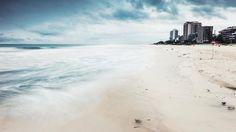 O mar na condição mais incrível de se observar. O tempo nas piores condições possíveis pra se fotografar. Muito pouco se produziu, quase nada que se pudesse aproveitar. Mas eu vi o mar, senti o frio, ouvi o estrondo da onda na pedra, a chuva em cima, a neblina no alto e o café no carro. Eu estava lá.  #photography #photographer #aboutrio #rio #rain #ocean #sea #seascape #longexposure #brasil #canon #sand #water #sky #clouds #storm #picture #photooftheday…
