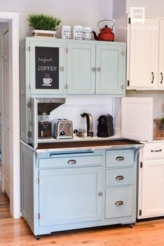 22 DIY Coffee Bar Ideas — Make Your Own Coffee Station Creating a mini java station doesn't take a lot of time – or all that space for that matter. Just about any extra corner in your house can serve as a coffee bar. Coffee Bar Station, Coffee Station Kitchen, Coffee Bars In Kitchen, Coffee Bar Home, Home Coffee Stations, House Coffee, Wood Spa, Coffee Nook, Coffee Coffee