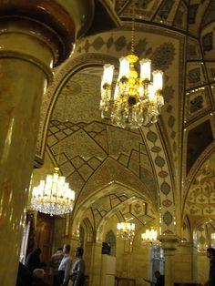 #magiaswiat #podróż #zwiedzanie #damaszek #blog #azja #saladyn #syria #mauzoleum #meczet #umajjadow #krysztalowy #azim #palac #bosra #palmyra #malouli #malula #krakdechevaliers #zamekkrxzyzowcow #krzyzowcy Palmyra, Malu, Chandelier, Ceiling Lights, Lighting, Blog, Home Decor, Candelabra, Decoration Home