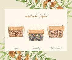 """Habt ihr schon unseren Neuzugang entdeckt? Hier ist sie, die Handtasche """"Sophia""""! Sie ist einerseits sehr schlicht gehalten und dennoch ein Blickfang mit den floralen Prints. 👜🏵️ Deshalb kann sie sowohl mit einem sportlichen als auch mit einem eleganten Outfit kombiniert werden. Das macht sie zu einem ganz besonderen Accessoires! ✨ Übringens - wir haben Spring Sale im Shop! Das gesamte Sortiment ist momentan um bis zu -50% vergünstigt. 🌸 #neu #Handtasche #Blickfang #SpringSale #Verkorkst Outfits Kombinieren, Shops, Elegantes Outfit, Place Cards, Decorative Boxes, Place Card Holders, Home Decor, Sustainability, Handbags"""