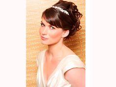 A tiara arremata o penteado da noiva com cabelos curtos