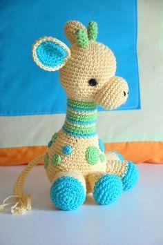 Esta hermosa jirafa bebé es un patrón de la diseñadora Courtney Deley  quien muy generosamente me permitió hacer la traducción al espa...