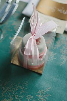 Eine Mini-Torte als Gastgeschenk. #Hochzeit #Gastgeschenk  Photography by mango studios