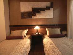 インテリアコーディネート ベッドルーム・寝室 ベッドカバーにもピローにも、 艶感のあるファブリック。 茶系の濃淡で統一することで、高級感のある空間に。