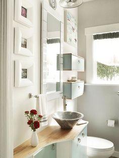 detalhe de bancada muito comum em banheiros pequenos: é feito um recorte para diminuir sua profundidade, mas não perder espaço de bancada. As prateleiras acima da bacia sanitária também muito usadas quando se tem pouco espaço!