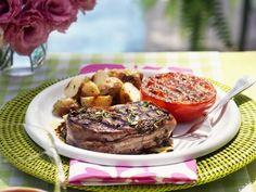 Rinderfilet mit Speck umhüllt dazu Bratkartoffeln und Tomaten ist ein Rezept mit frischen Zutaten aus der Kategorie Rind. Probieren Sie dieses und weitere Rezepte von EAT SMARTER!